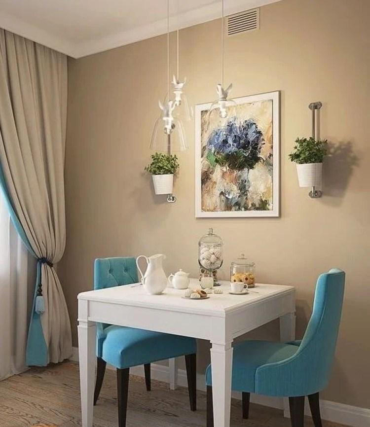 Cadeiras azuis e mesa branca.
