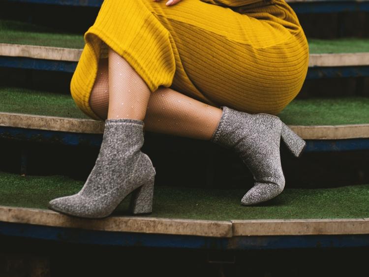 Foto mulher usando calçado de salto quadrado, tendência do inverno em 2021.