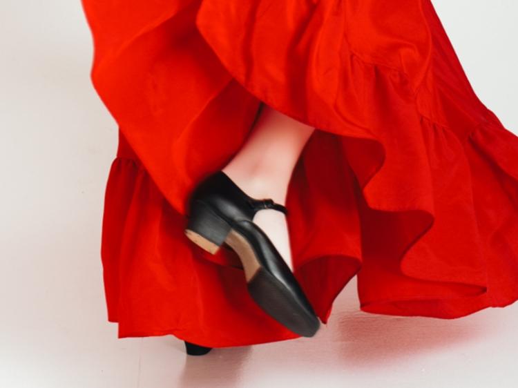 Foto de mulher usando vestido vermelho e sapato Mary Jane.