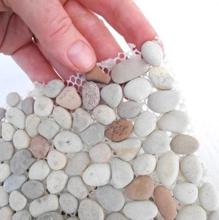 Pedras presas em uma tela.