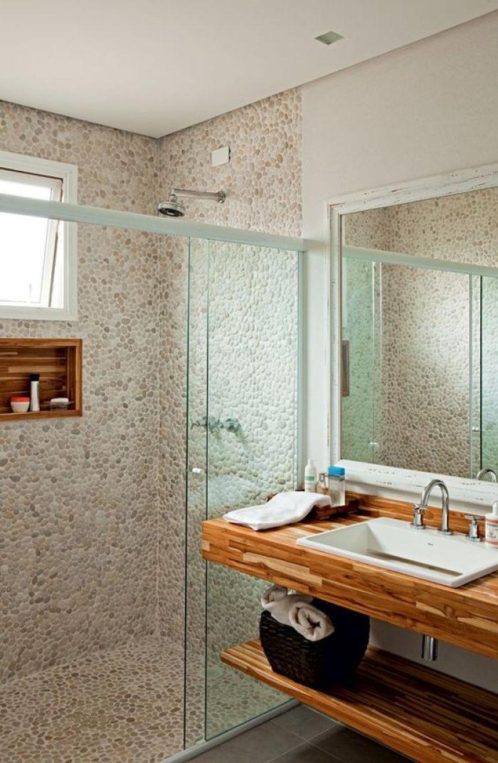 Banheiro com seixo no chão e na parede.