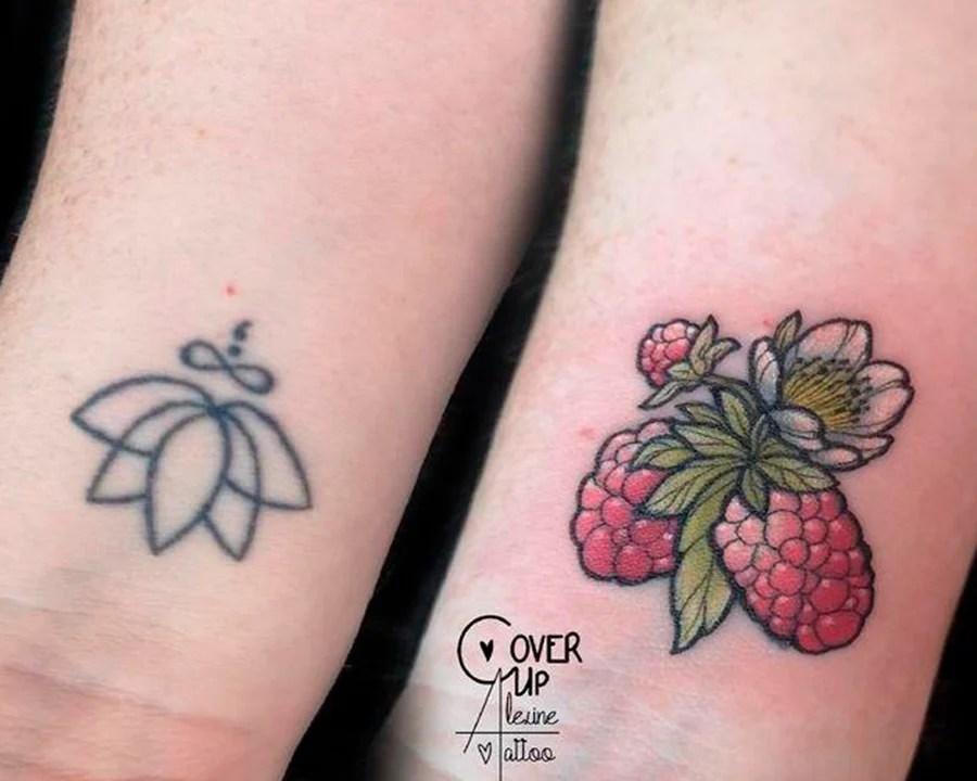Duas fotos lado a lado. A primeira mostra o pulso de uma pessoa com uma tatuagem preta de um símbolo de uma flor. A segunda é uma tatuagem de frutas vermelhas que cobrem a tatuagem antiga de flor.