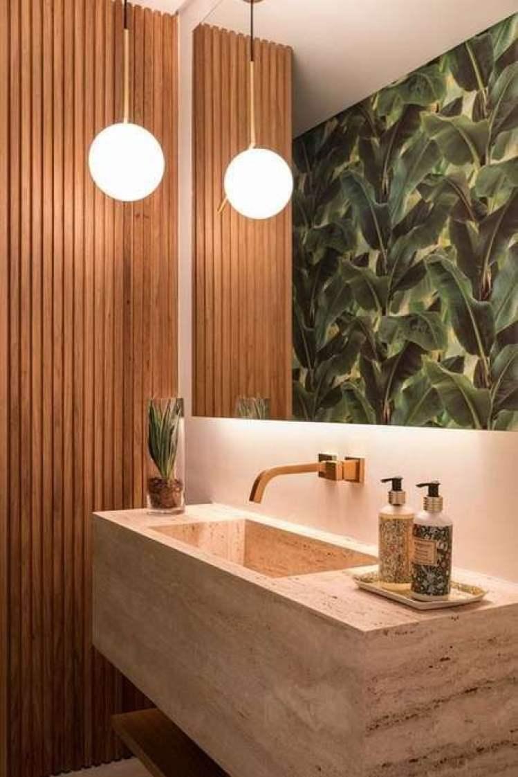 Banheiro com papel de parede tropical.