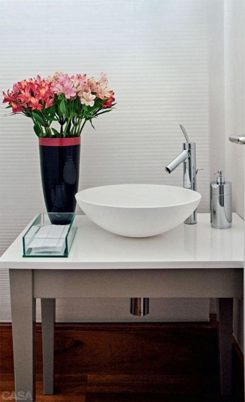 Balcão do banheiro com flores.