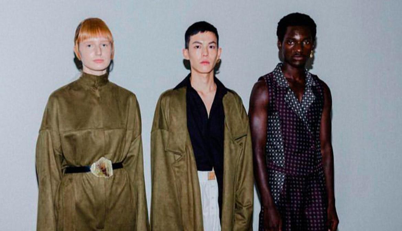 Três modelos vestidno roupas escuras da coleção da Anacê.