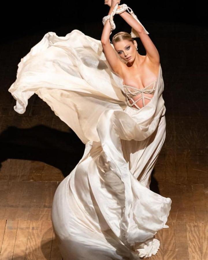 Modelo com vestido esvoaçante branco.