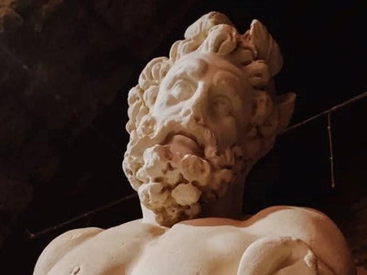 Foto da representação de Zeus em monumento.