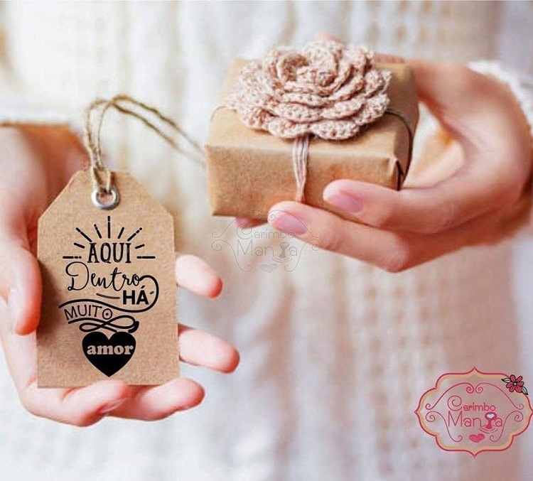 Caixa de papel kraft com flor de crochê