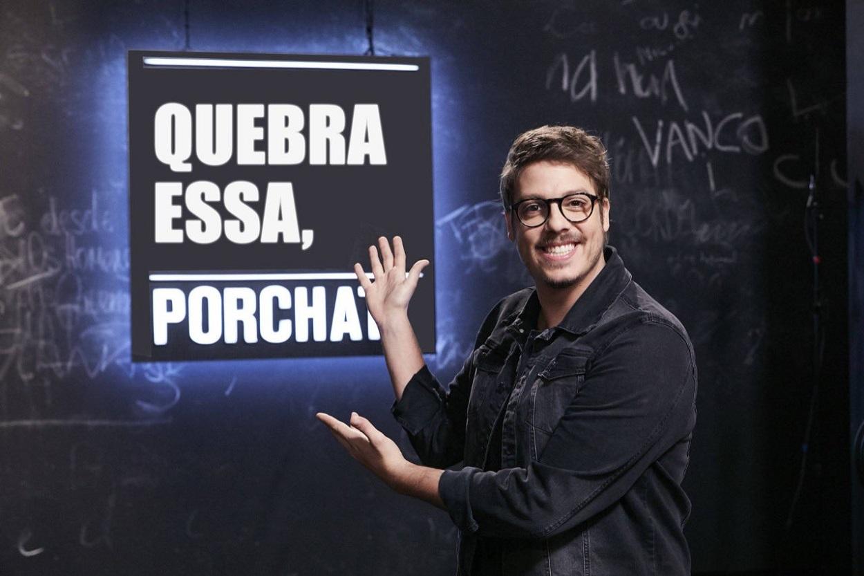 Foto de Fabio Porchat de camisa preta e óculos