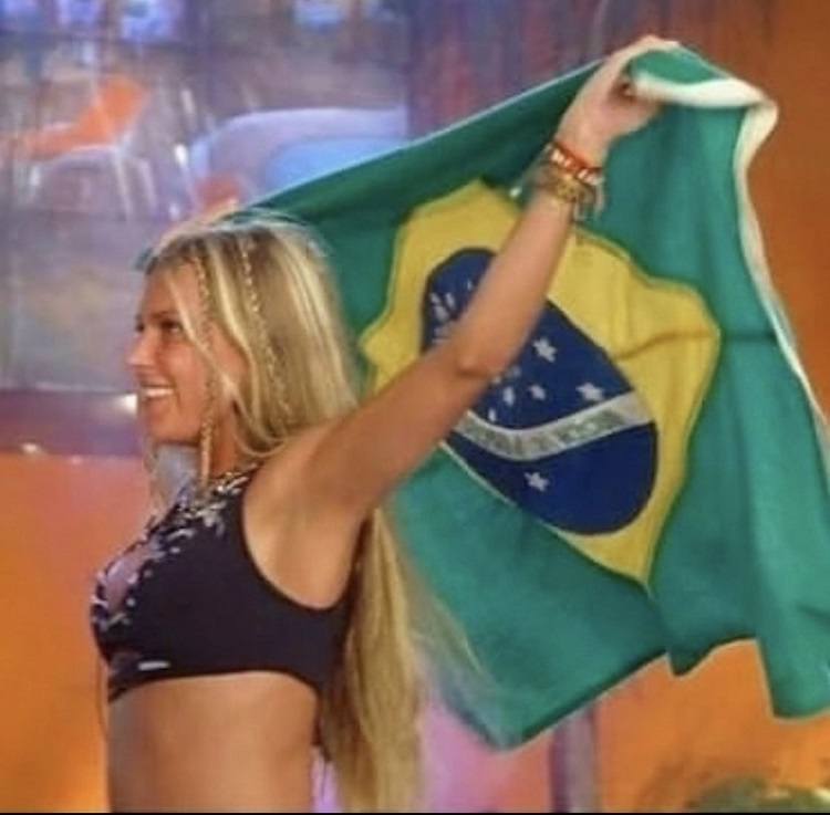 Foto da Antonela com a bandeira do Brasil