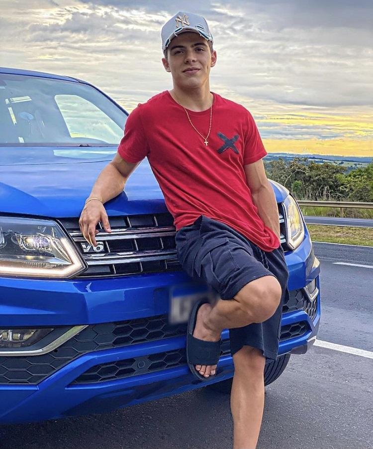 Foto de Thomaz Costa com carro