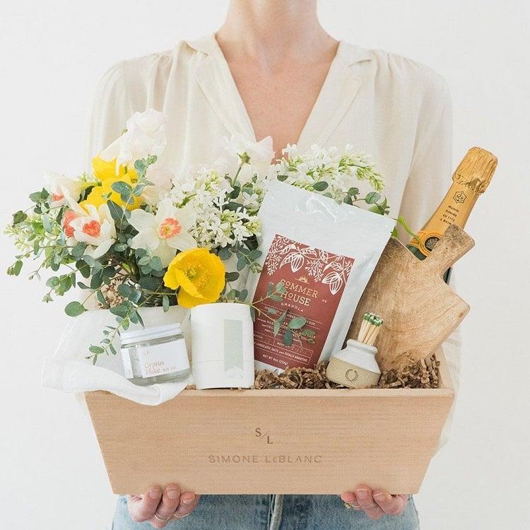 mulher segurando cesta com flores