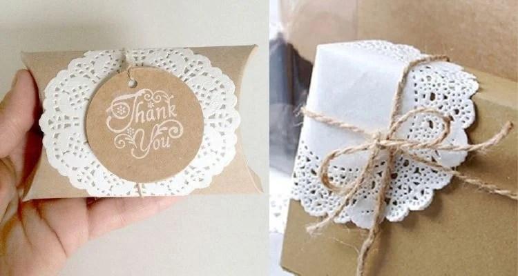 Presente embrulhado com papel kraft e renda