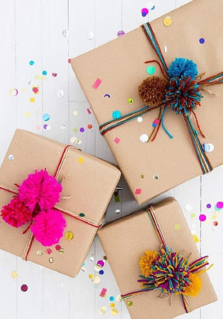 Caixas de papel kraft amarradas com lã