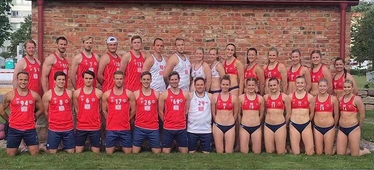 Foto de jogadores das seleções masculina e feminina de handebol de praia da Noruega
