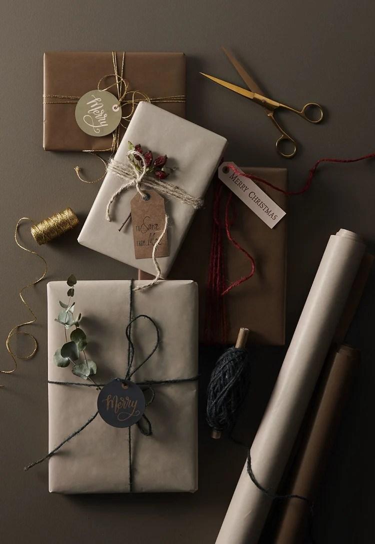 Embrulhos de presente feitos com papel kraft