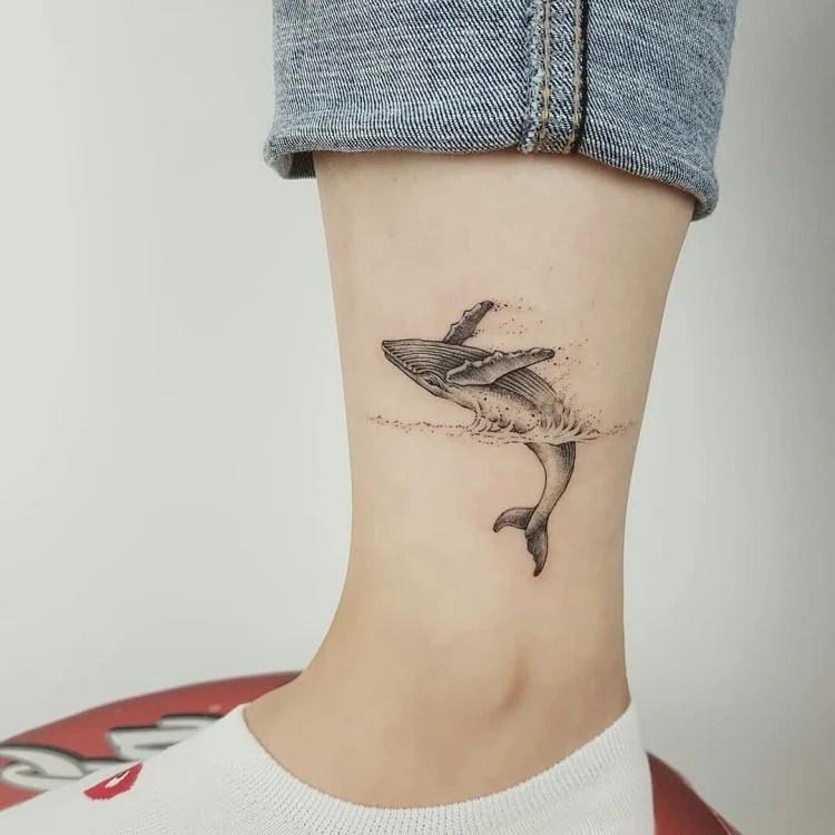 tatuagem de baleia na perna
