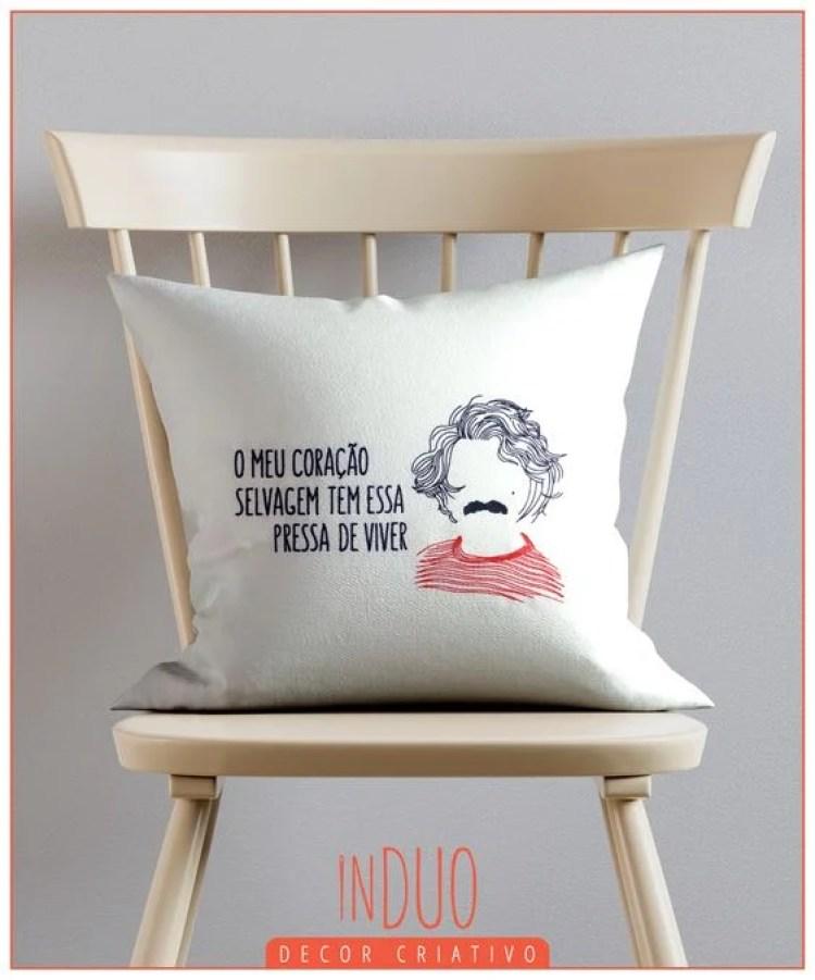 Cadeira com almofada.