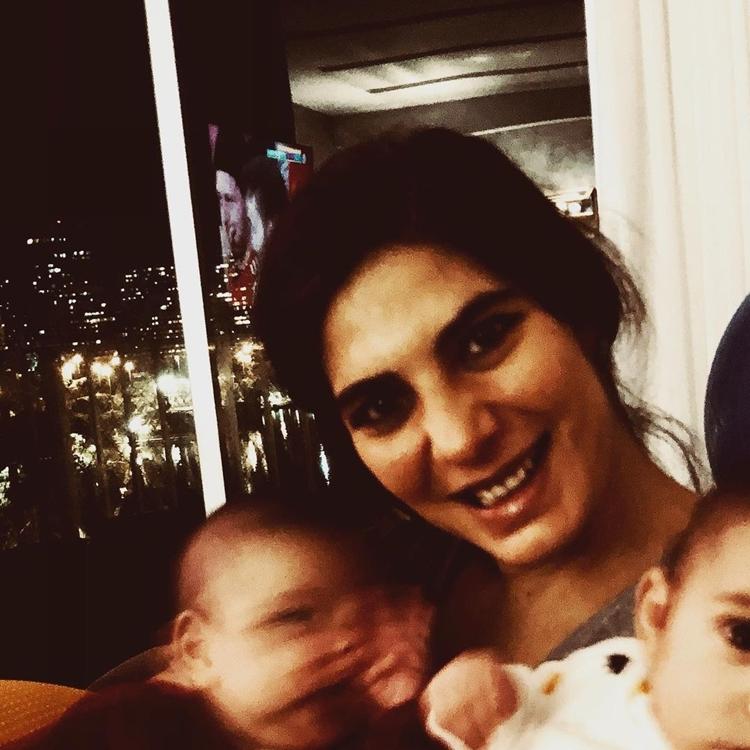 Foto da Andréia Sadi e os filhos.