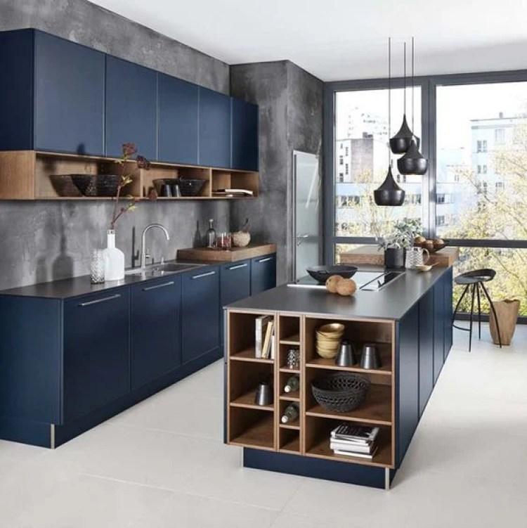 Cozinha com armários azuis.