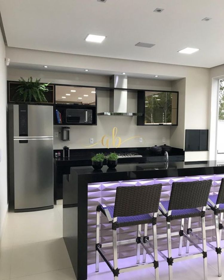 Cozinha em preto e branco.