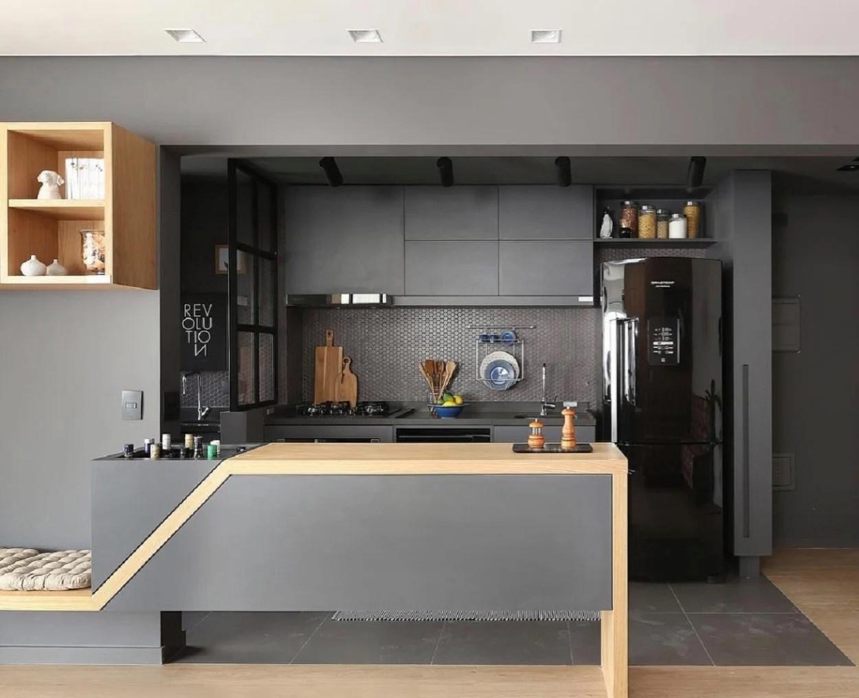 Balcão de cozinha com pedra e madeira.