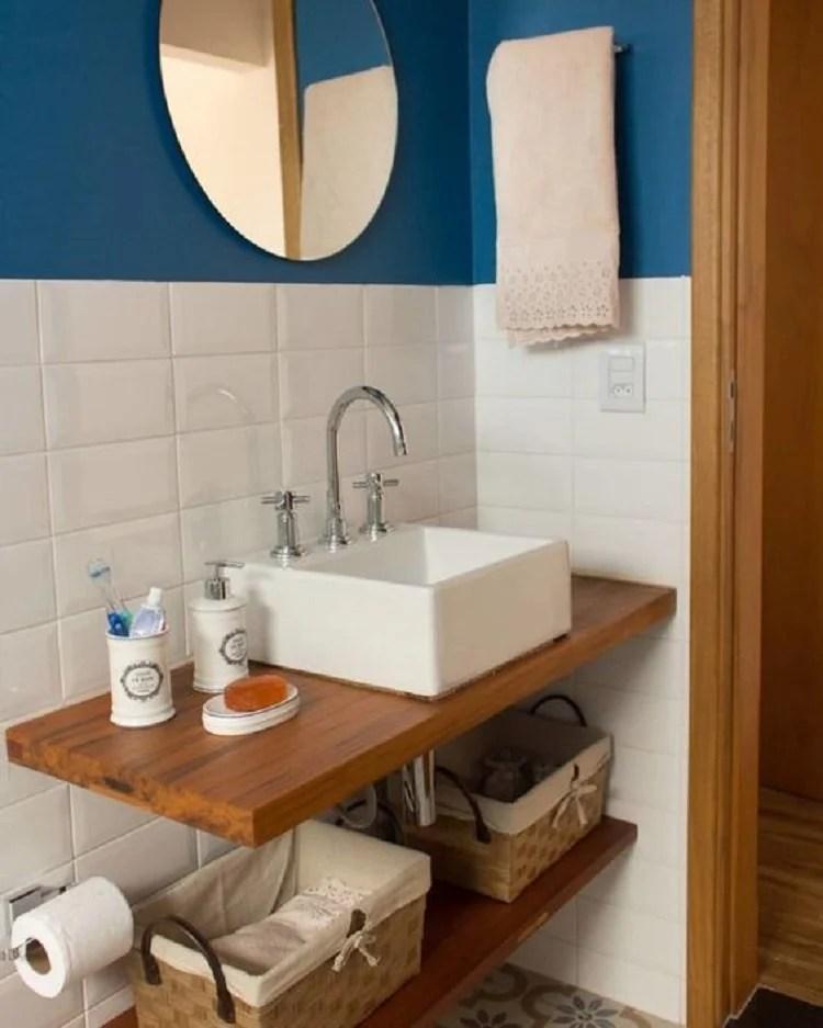 Banheiro azul e branco.