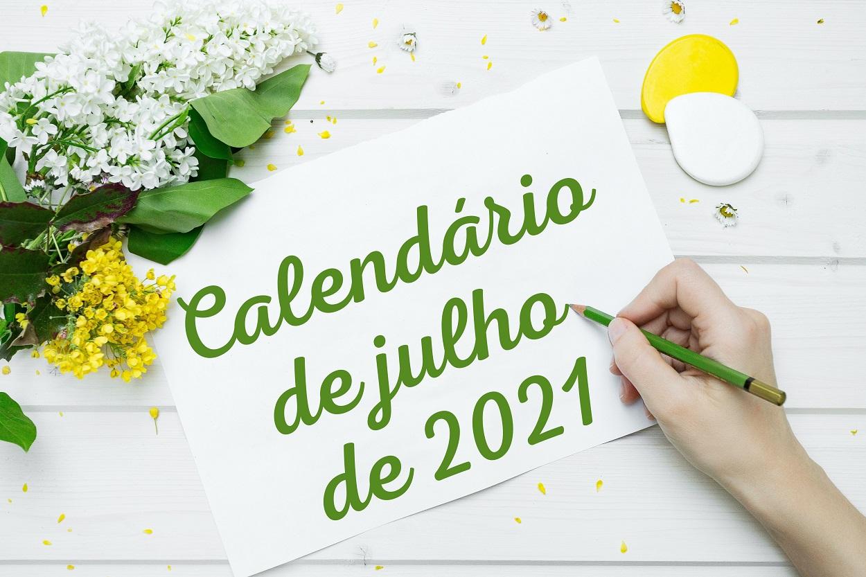 foto de pessoa escrevendo calendário de julho em folha de papel