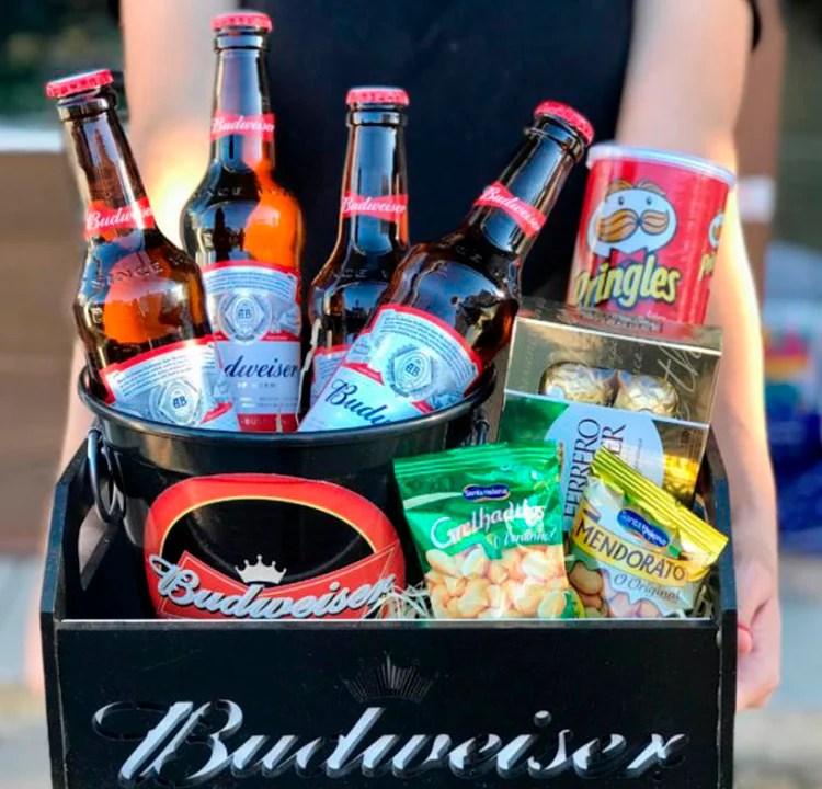 Cesta de dias dos pais com lanches e cerveja