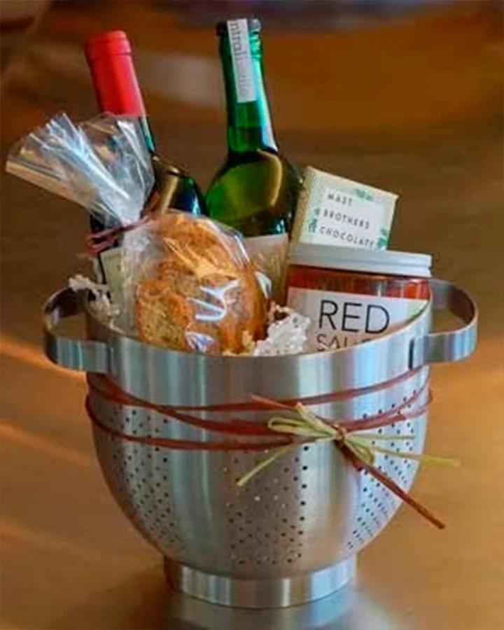 Cesta de dia dos pais feita com escorredor de macarrão, com vinho macarrão e molho dentro