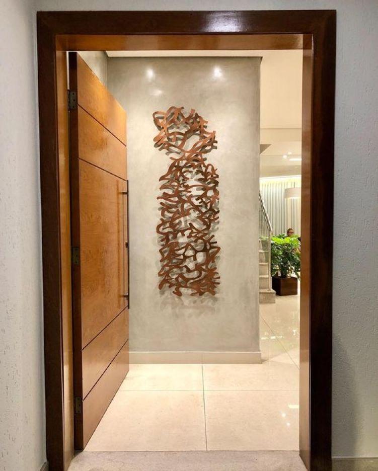 Decoração de casa signo com escultura abstrata na parede.