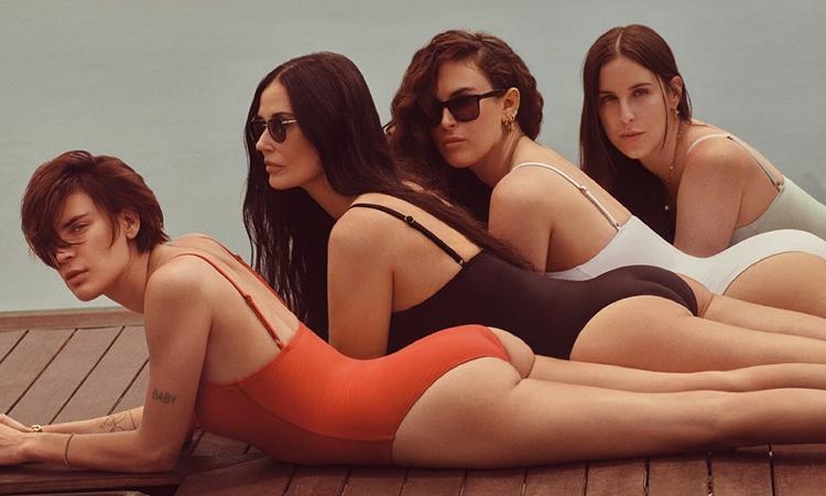 Demi Moore e as filhas de maiô