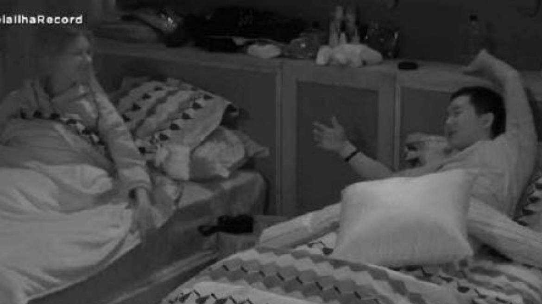 Pyong e Antonela escolhem camas próximas além de fazerem parte do mesmo time. Fonte: Reprodução/ Record TV