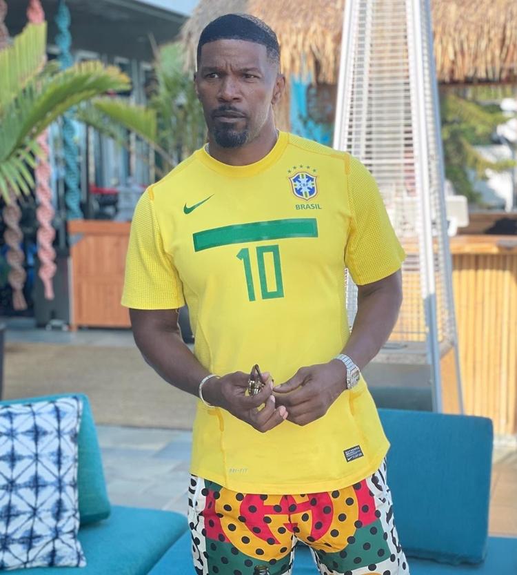 Foto do ator com camisa do Brasil.