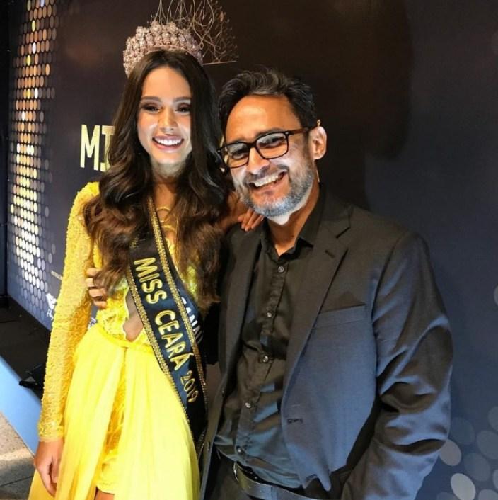 O Ivanildo Nunes posando ao lado da Miss Ceará 2019, trajando um vestido amarelo do estilista