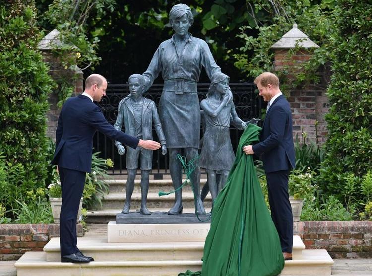Foto dos príncipes William e Harry inaugurando a figura da mãe.