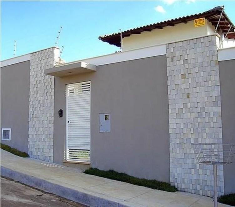 Muro residencial com faixas de pedra.