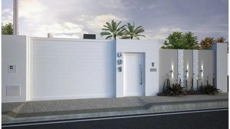 Muro e portões brancos.