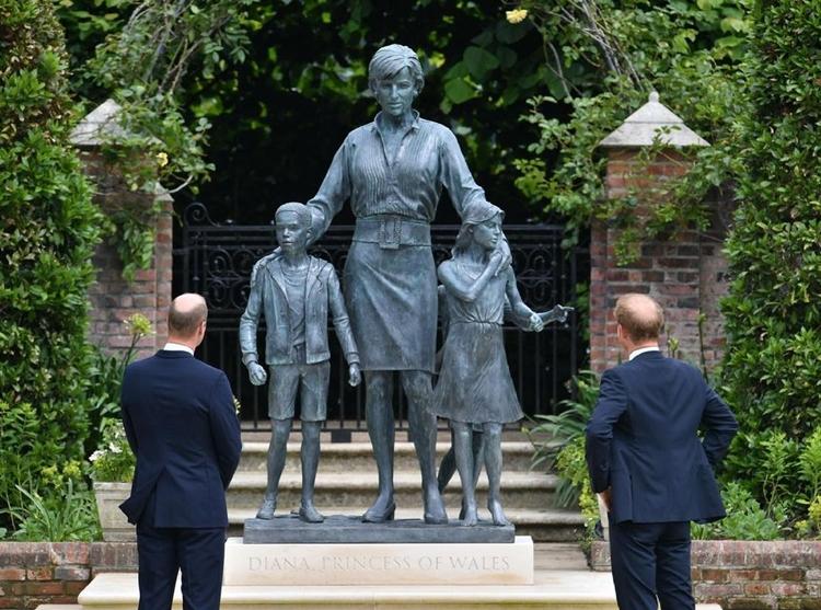 Foto da estátua de Diana e dos príncipes Harry e William.