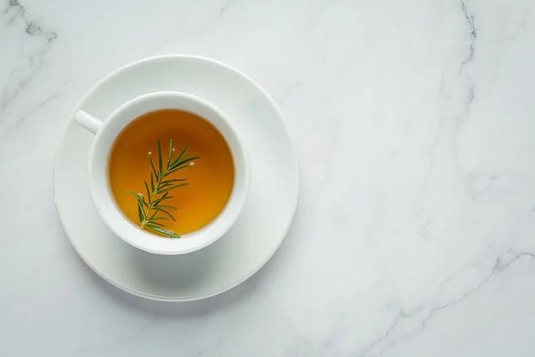 Foto de chá de açafrão com alecrim visto de cima