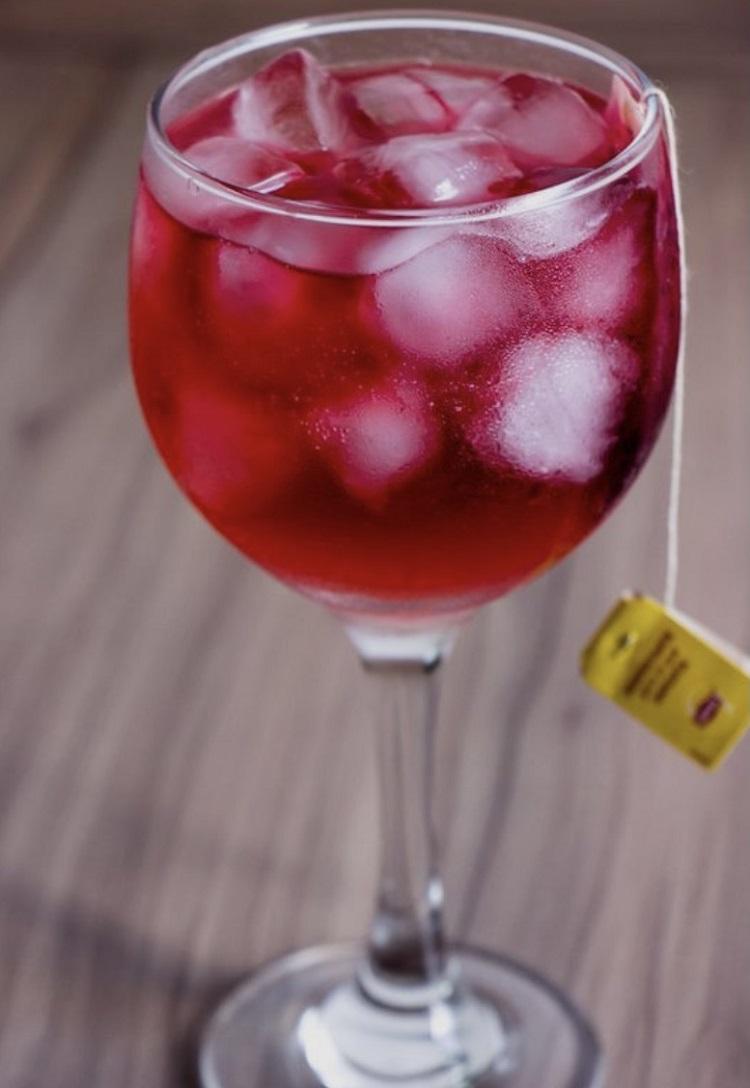 Gin com chá de frutas vermelhas