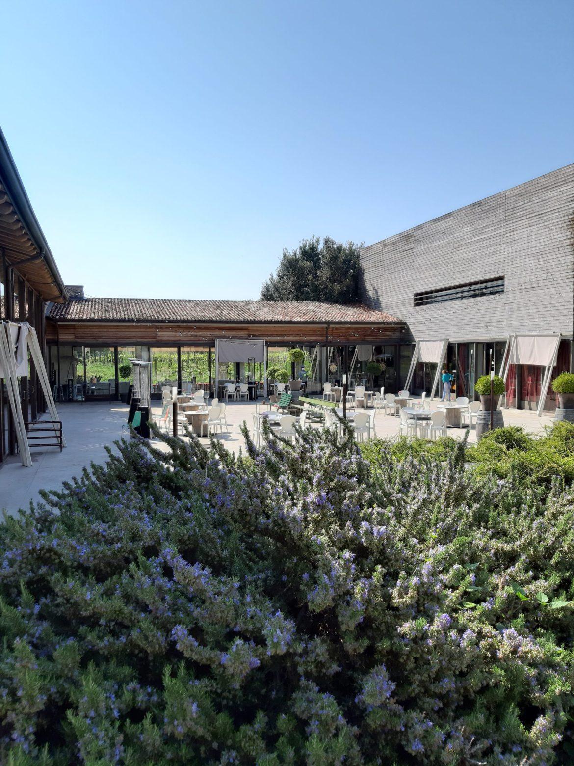 Jardim da vinícola para degustação de vinhos em Franciacorta