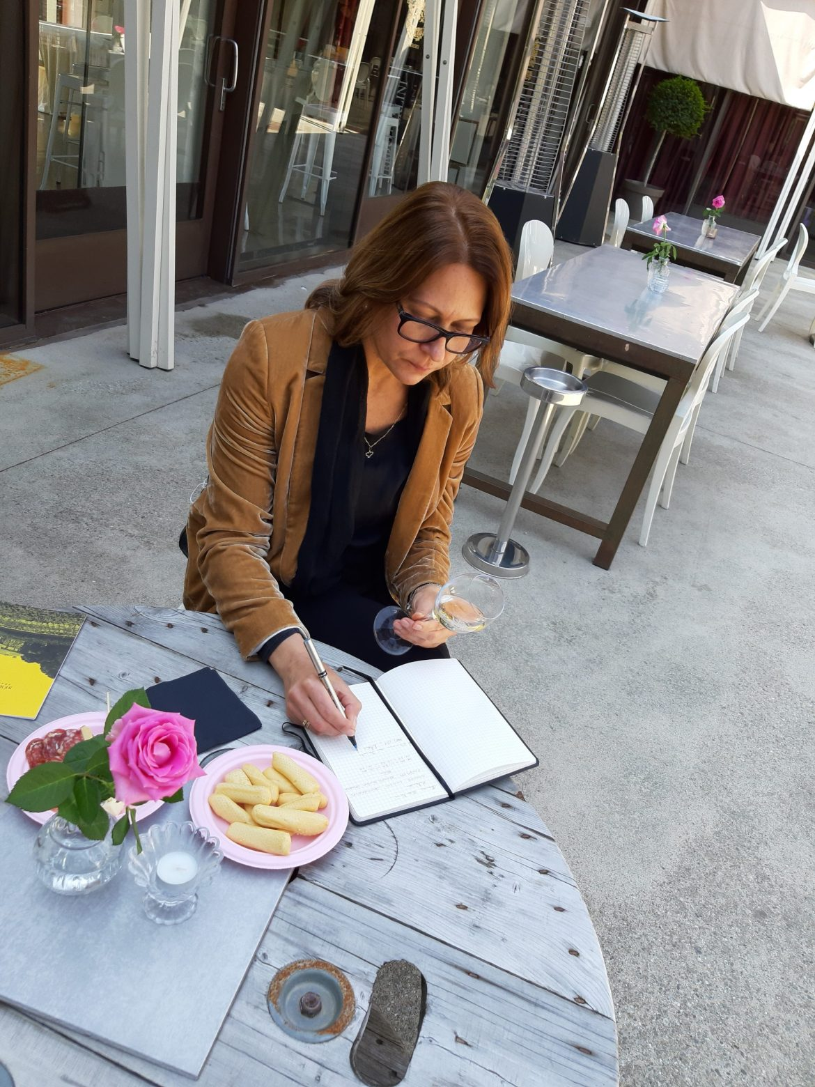 Alessandra na degustação fazendo suas anotações