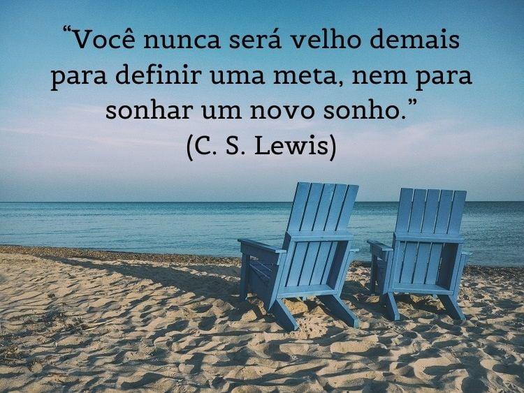 citação famosa de reflexão com foto de cadeiras de praia na areia ao fundo