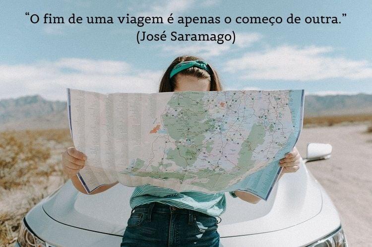 frase de viagem sobre foto de mulher olhando mapa