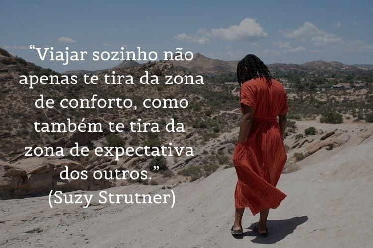 foto de mulher de vestido caminhando com frases de viagem sozinha