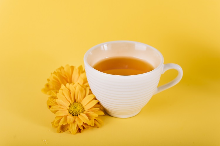 Chá de açafrão em xícara de porcelana