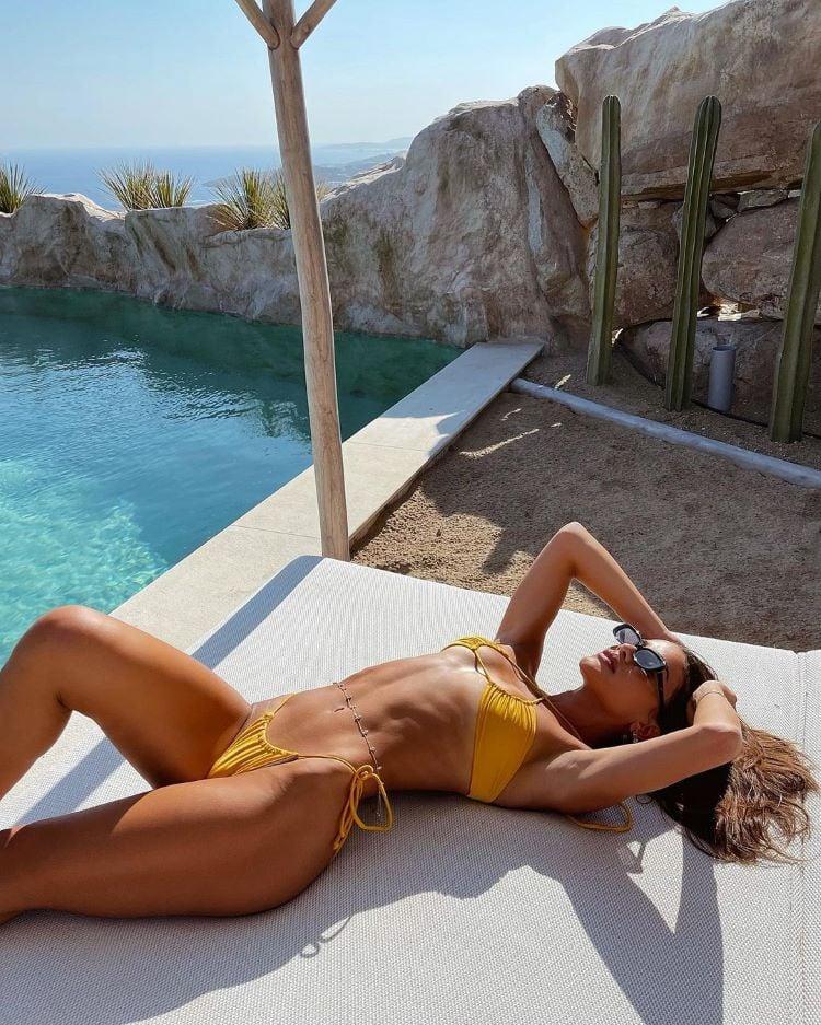 moda praia verão 2022/ Camila Coelho de biquíni
