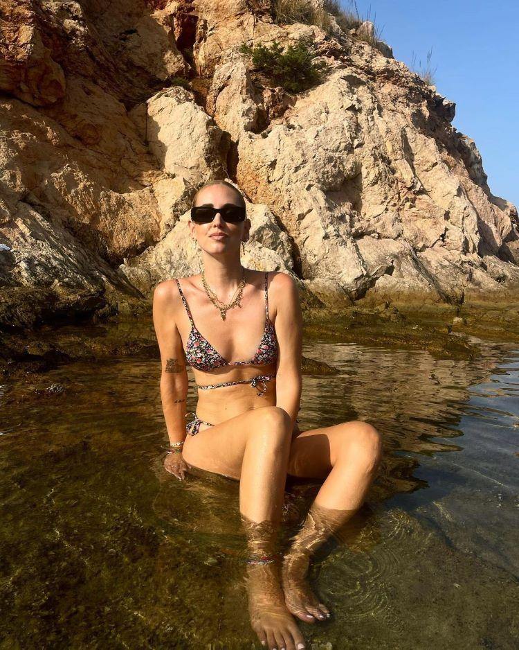 moda praia verão 2022/ mulher de biquíni