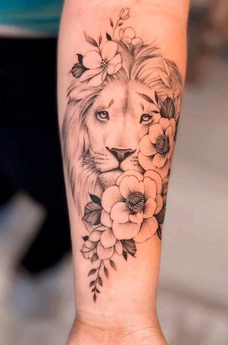 tatuagem feminina no braço/ leões